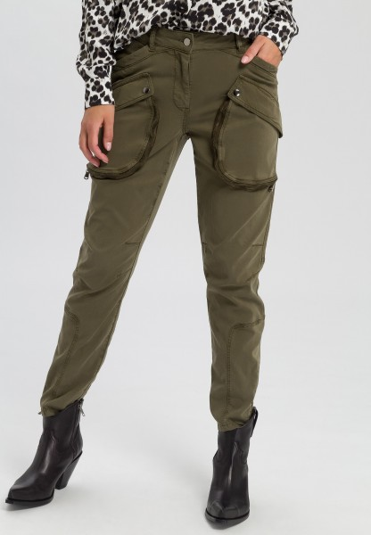 Cargo trousers with zipper pockets