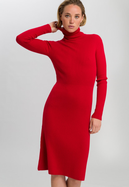 Knitted dress with ribbed structure