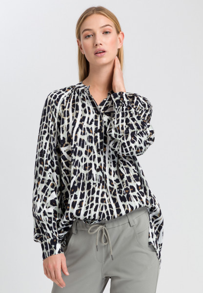 Blouse with conspicuous animal print