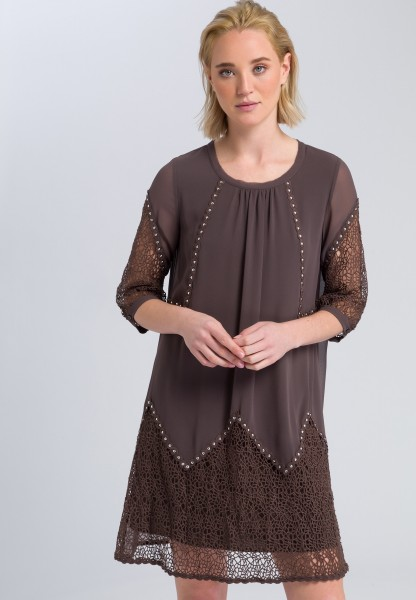 Dress with hole point