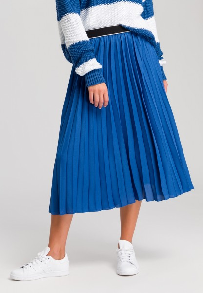 Pleated skirt with writing on waistband