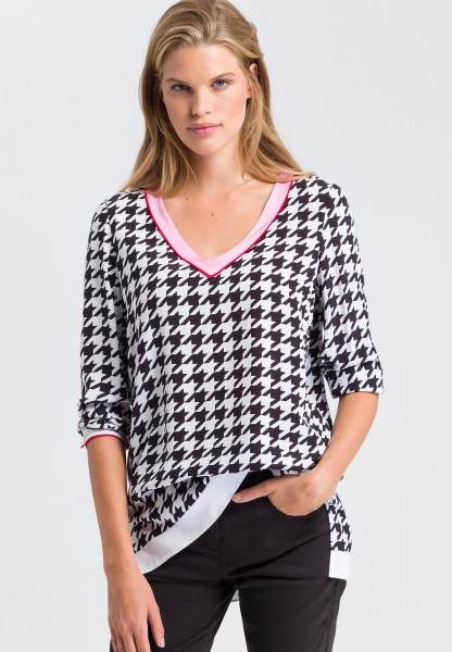 Blouse top with a houndstooth print