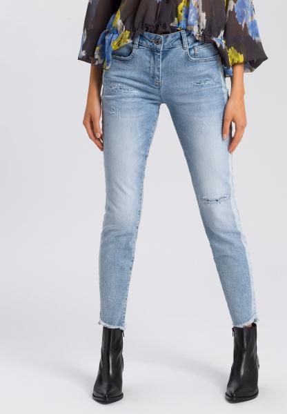 5-pocket jeans with fringed hem and destroys