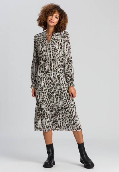 Pleated dress in the conspicuous animal print
