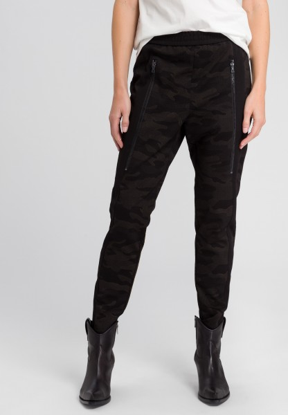 Trousers with zip-fastening pockets