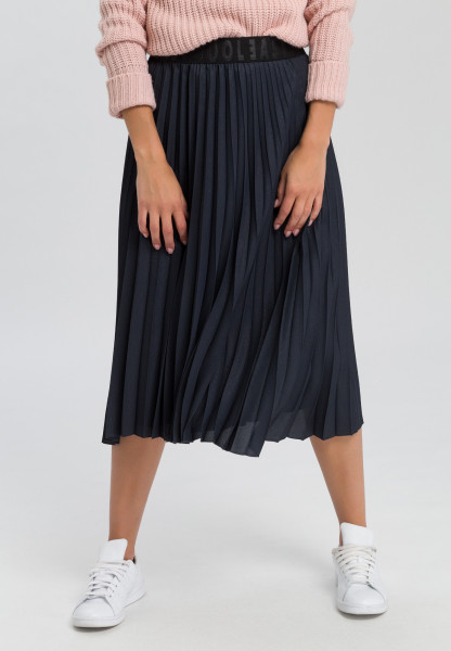 Pleated skirt with lettering waistband