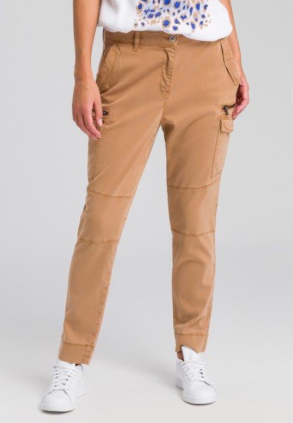 Cargo trousers with zip-fastening pockets