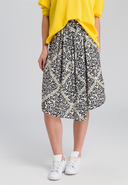 Pleated skirt With leopard print and chain