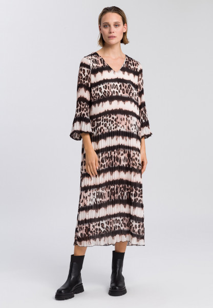 Pleated dress with leo-batik pattern