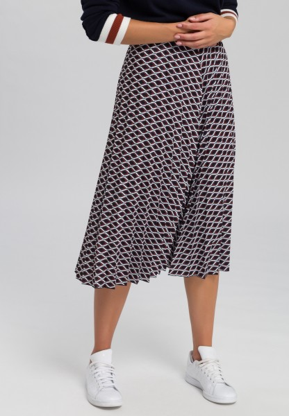 Pleated skirt with minimal pattern